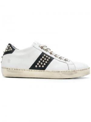 Кроссовки со шнуровкой и заклепками Leather Crown. Цвет: белый