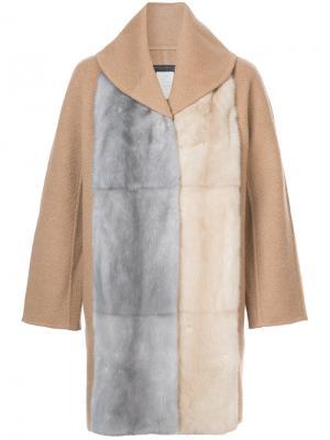 Пальто-кейп с меховой отделкой Fabiana Filippi. Цвет: телесный